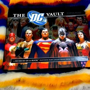 🆕DC Comics Vault collectors Book w/collectibles!